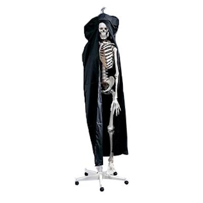 "Kraftigt støvdække i sort farve med en lille ""plastikrude"" målrettet skeletter i naturlig størrelse"